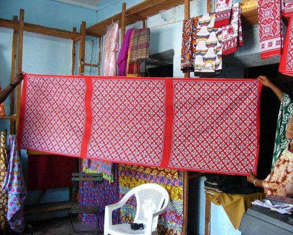 モロニのシロマニショップにて。80x80の布が6枚連なっている。